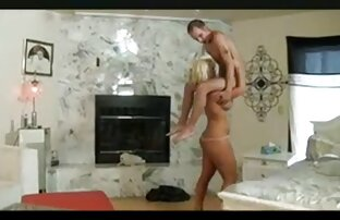 Jolie blonde explore son tunnel x gratuit video avec un jouet