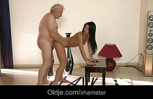 Christal se masturbe après s'être déshabillée sur la table voir des vidéos porno gratuit